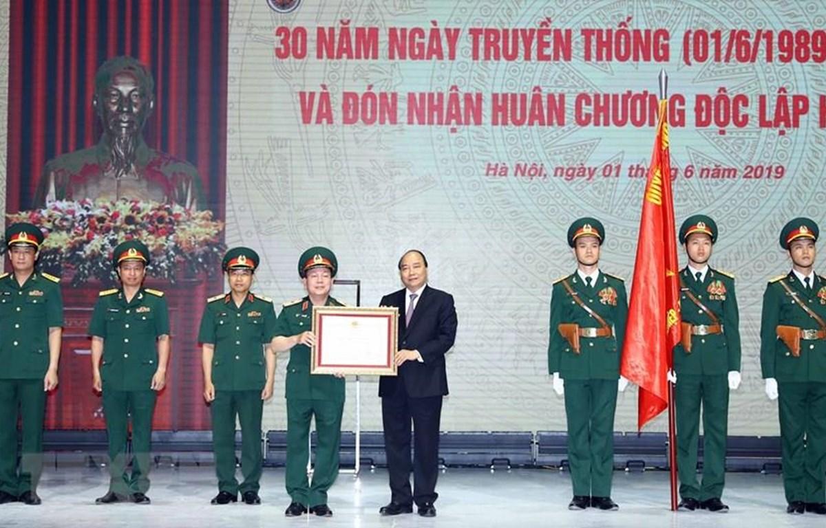 Thủ tướng Nguyễn Xuân Phúc, thừa ủy quyền Chủ tịch nước trao Huân chương Độc lập hạng Nhất cho Tập đoàn Công nghiệp-Viễn thông Quân đội.