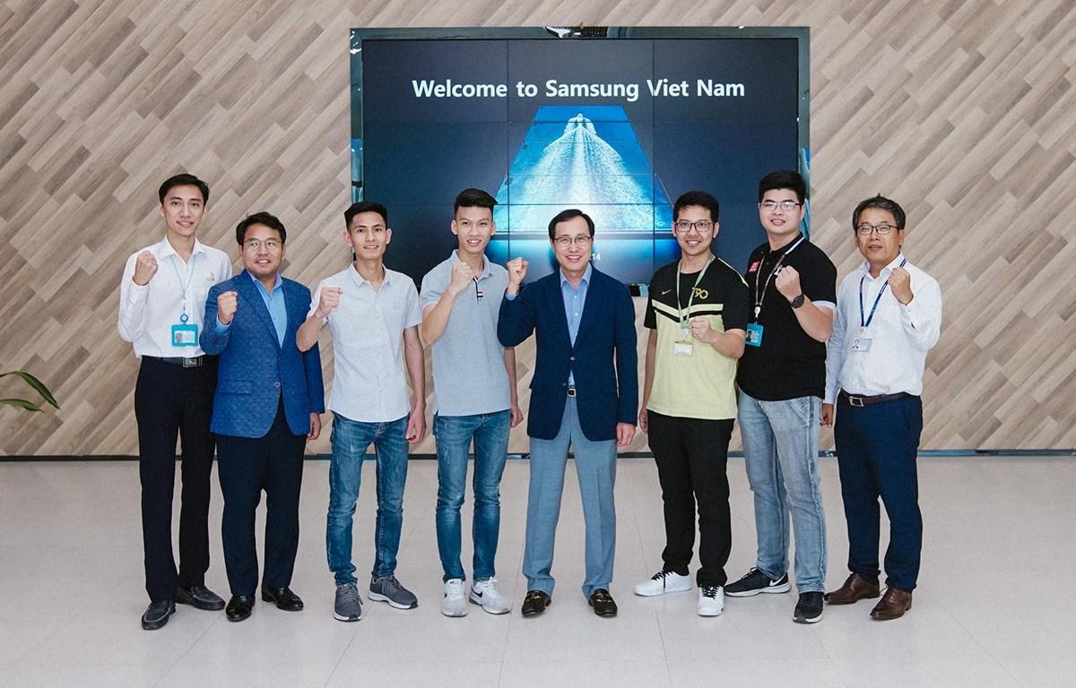Ông Choi Joo Ho Tổng Giám đốc Samsung Việt Nam và các thí sinh trước ngày lên đường. (Nguồn: SS)