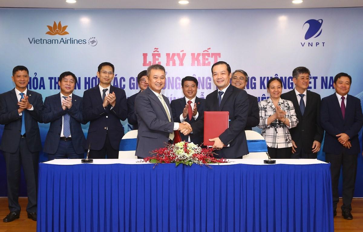 Cái 'bắt tay' của VNPT và Vietnam Airlines được kỳ vọng sẽ thúc đẩy hai doanh nghiệp đầu tàu của nền kinh tế ngày càng phát triển. (Ảnh: T.Q/Vietnam+)