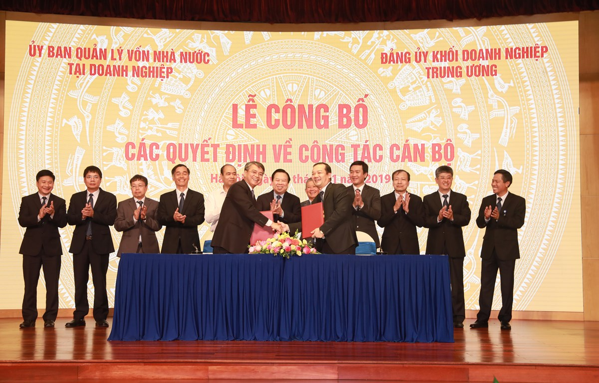 Ông Trần Mạnh Hùng (hàng trên, bên trái) bàn giao nhiệm vụ cho ông Phạm Đức Long. (Nguồn: T.Q/Vietnam+)