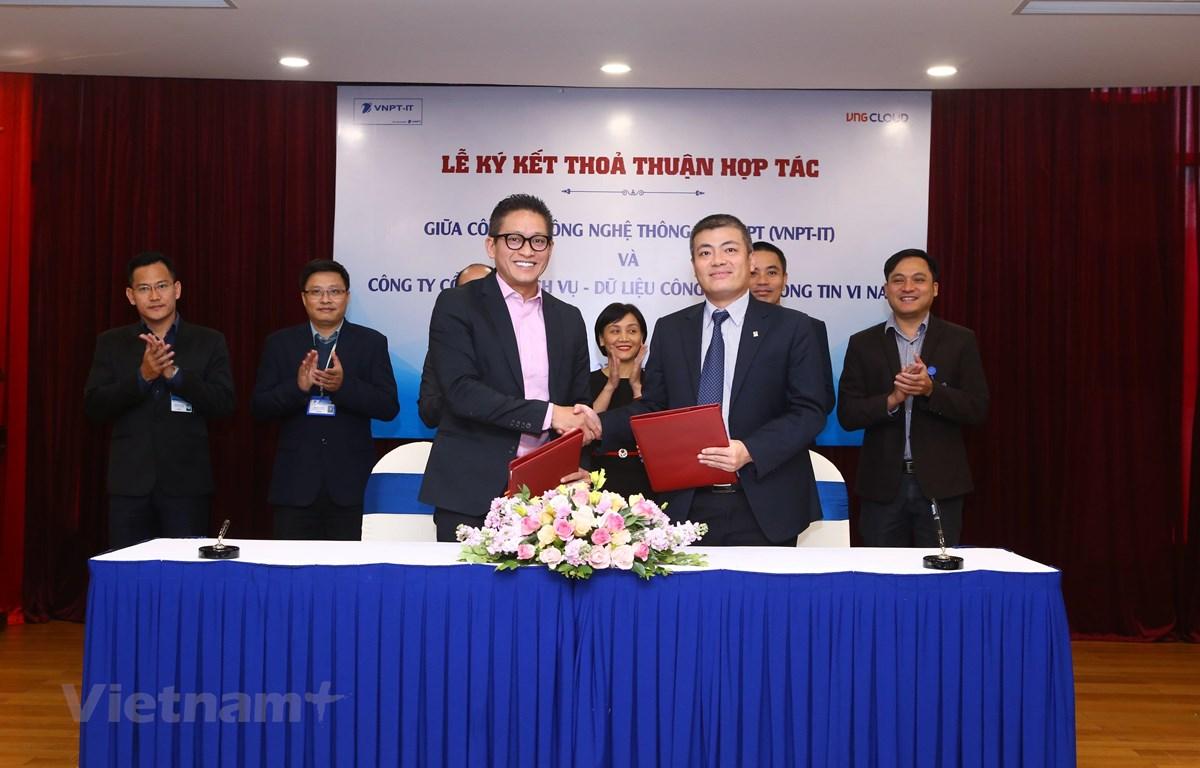 Đại diện VNG - ông Vũ Minh Trí (trái) và ông Ngô Diên Hy của VNPT-IT bắt tay hợp tác nhằm đem lại dịch vụ đám mây ưu việt cho doanh nghiệp Việt. (Ảnh: ĐH)