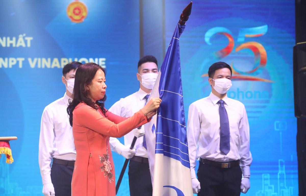 Ủy viên Ban chấp hành Trung ương Đảng, Phó Chủ tịch nước Võ Thị Ánh Xuân trao tặng Huân chương Lao động hạng Nhất cho VNPT VinaPhone. (Ảnh: Minh Quyết/TTXVN)