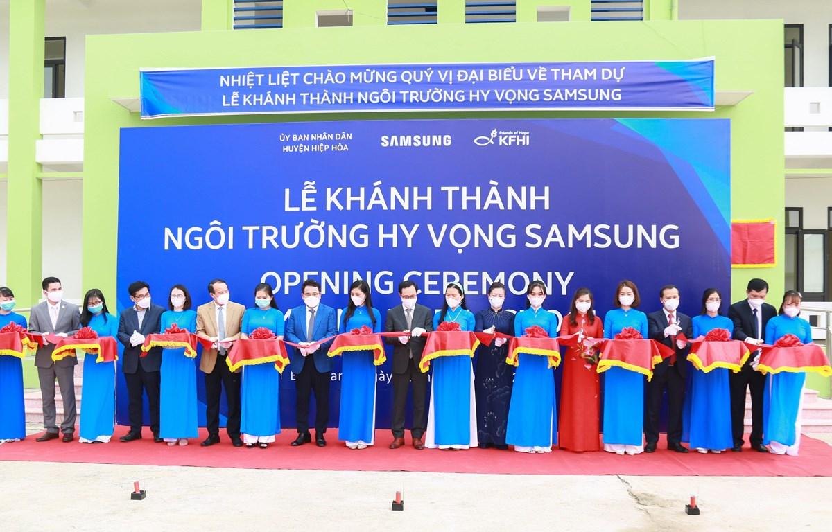 Đại biểu cắt băng khánh thành Trường học Hy vọng Samsung. (Ảnh: DiLi/Vietnam+)