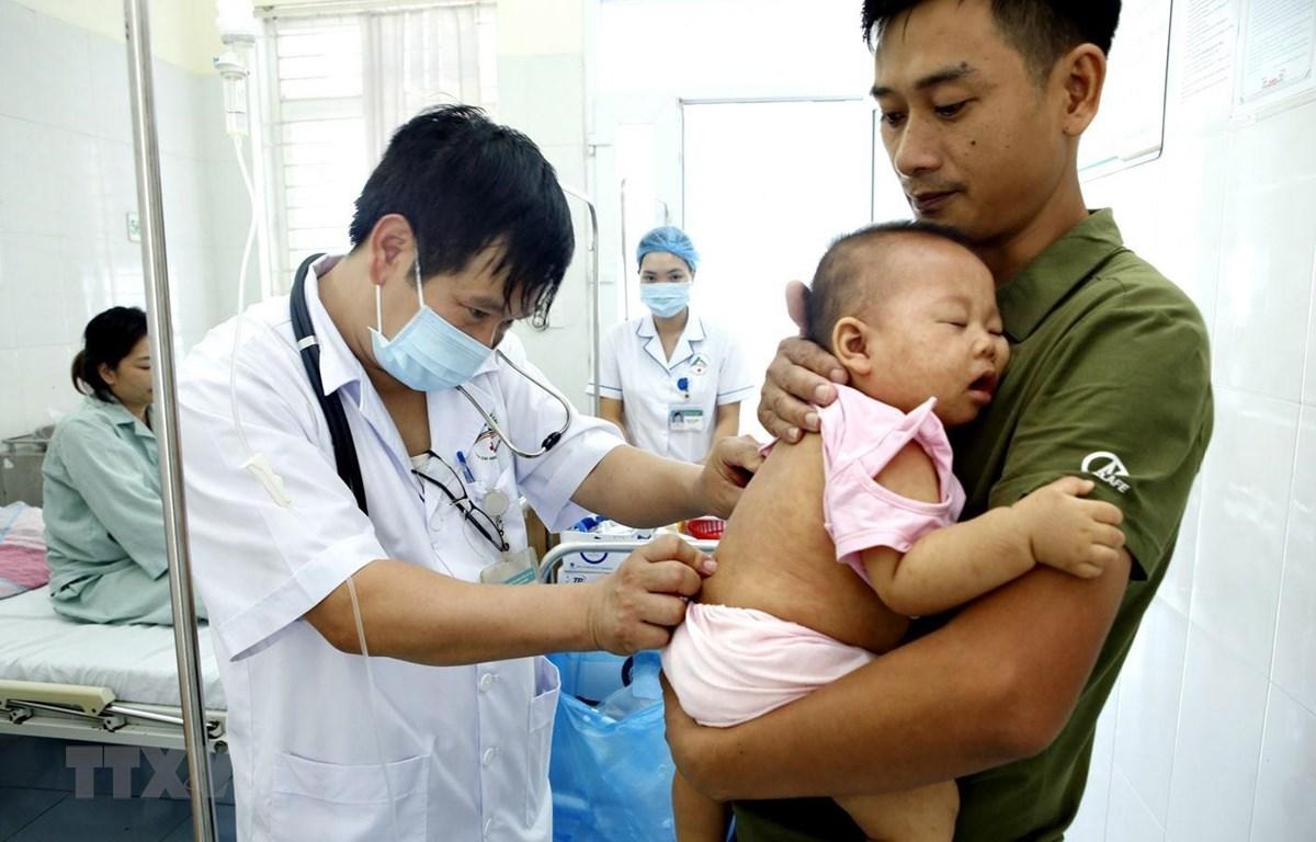 Kiểm tra sức khoẻ cho bệnh nhi mắc sởi. (Ảnh: Dương Ngọc/TTXVN)
