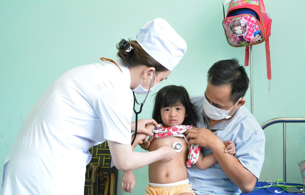 Điều trị cho bệnh nhân mắc sởi tại tỉnh Đắk Lắk. (Ảnh: TTXVN/Vietnam+)
