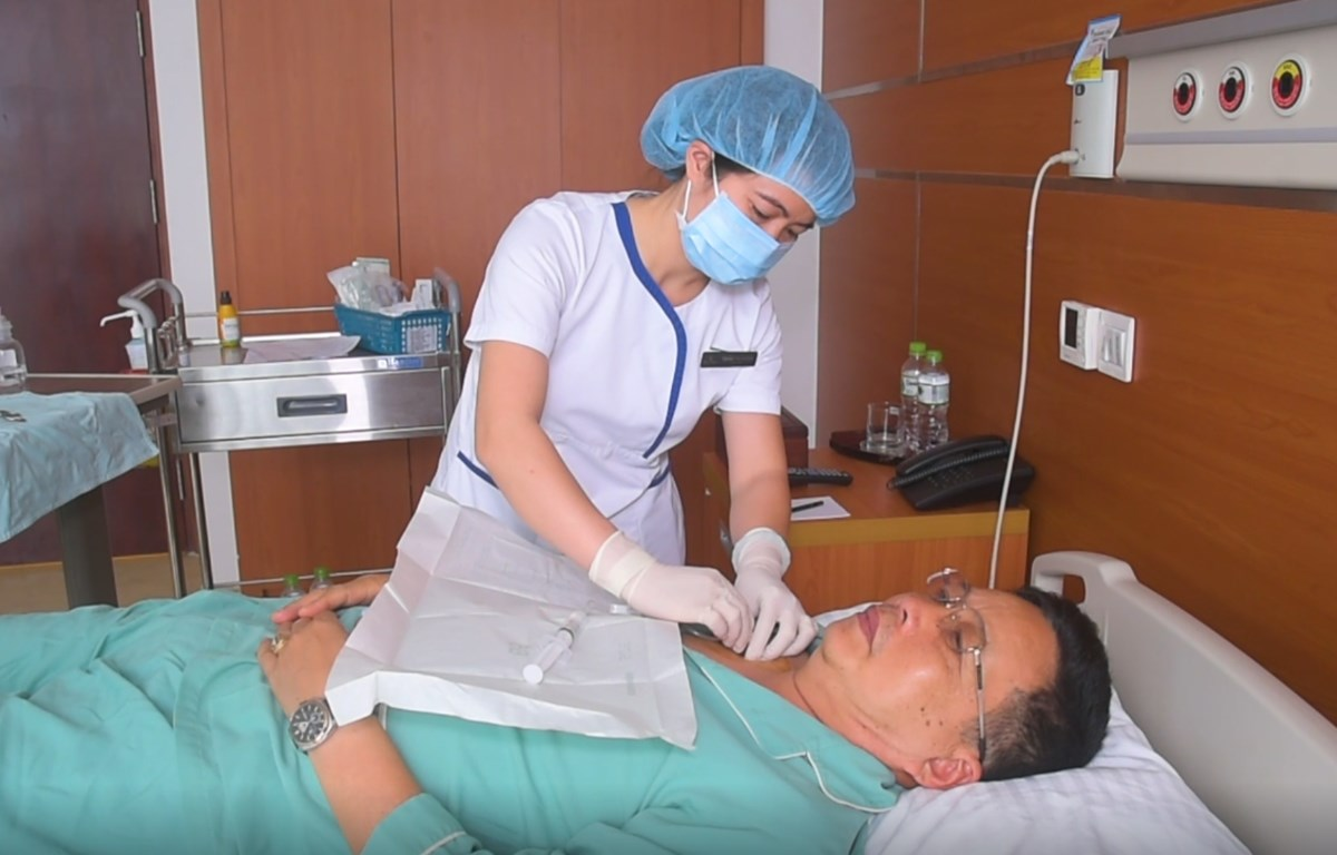 Các bác sỹ tại Vinmec điều trị cho bệnh nhân Lâm Văn Thuyên. (Ảnh: PV/Vietnam+)