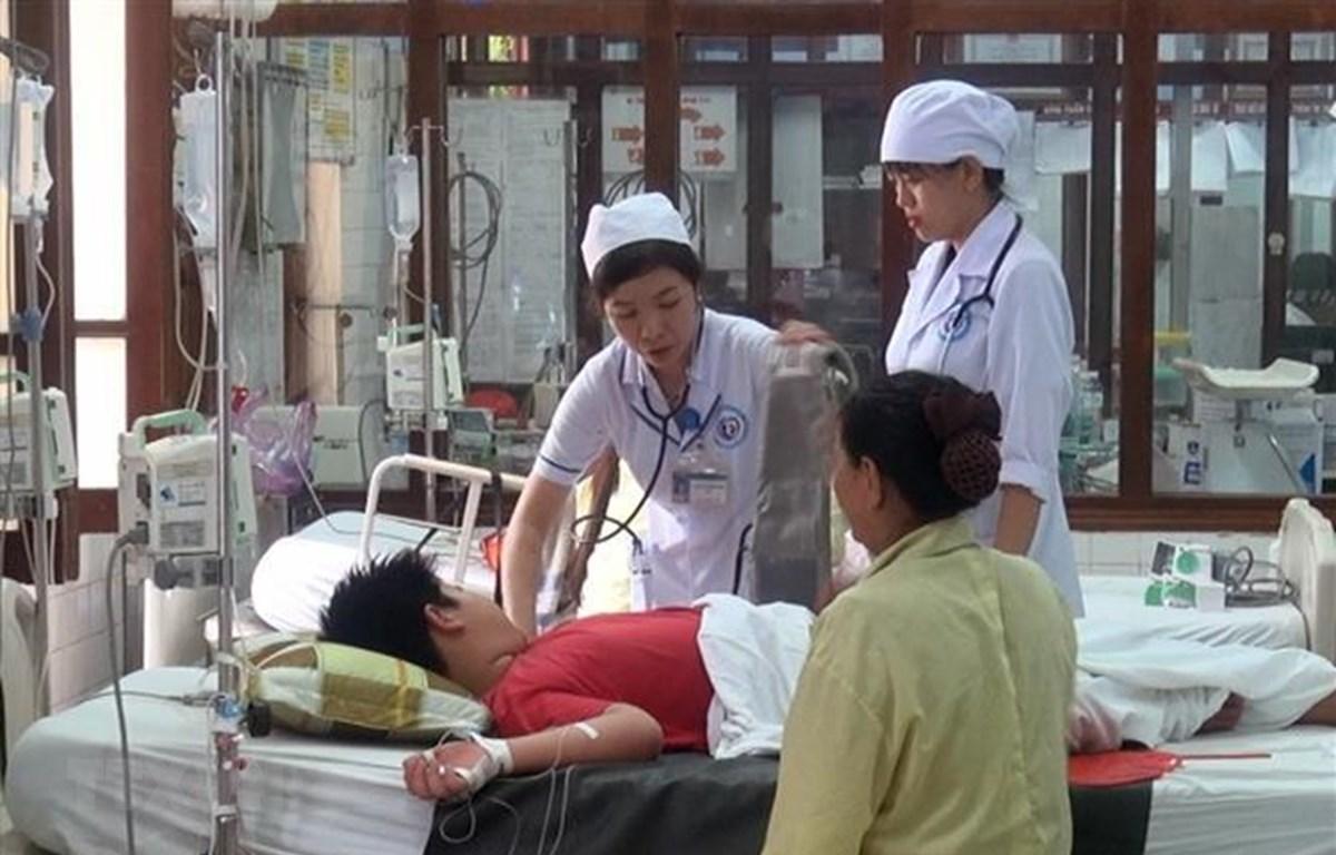 Bác sỹ thăm khám cho bệnh nhân mắc sốt xuất huyết. (Ảnh: TTXVN/Vietnam+)
