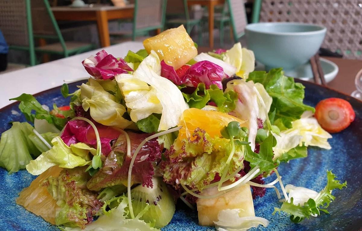 Ăn rau sống không đảm bảo vệ sinh có nguy cơ mắc bệnh ấu trùng sán lợn. (Ảnh: PV/Vietnam+)