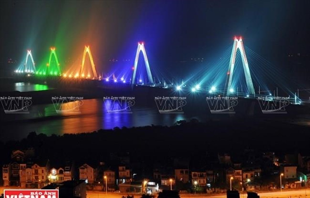 Cầu Nhật Tân rực rỡ ánh đèn. (Ảnh: Công Đạt/Báo Ảnh Việt Nam)
