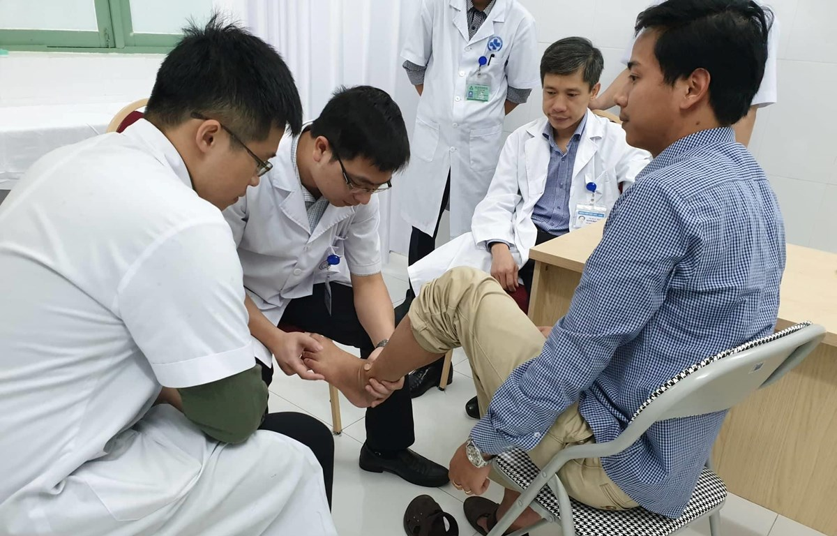Bác sỹ khám cho bệnh nhân. (Ảnh: PV/Vietnam+)