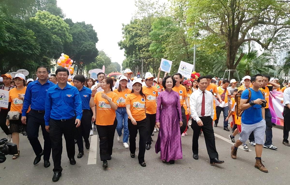 Các đại biểu hưởng ứng phong trào đi bộ 10.000 bước chân mỗi ngày. (Ảnh: PV/Vietnam+)