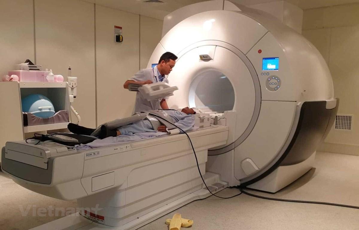 Chụp cho bệnh nhân bằng hệ thống máy móc kỹ thuật cao tại Bệnh viện Bệnh Nhiệt đới Trung ương. (Ảnh: T.G/Vietnam+)