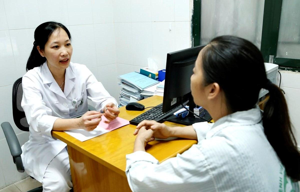 Khám cho một bệnh nhân tại Viện Sức khoẻ Tâm thần. (Ảnh: Dương Ngọc/TTXVN)