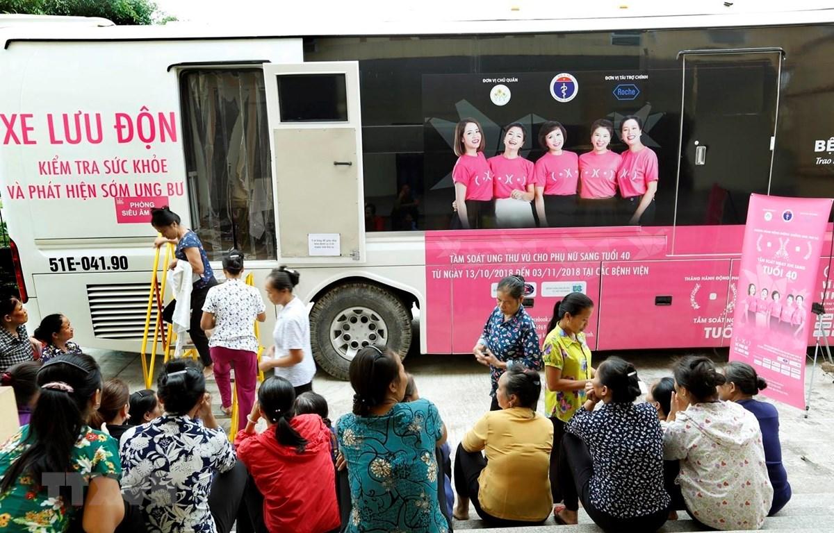 Chiến dịch khám sàng lọc bệnh ung thư vú trên xe lưu động. (Ảnh: Dương Ngọc/TTXVN)
