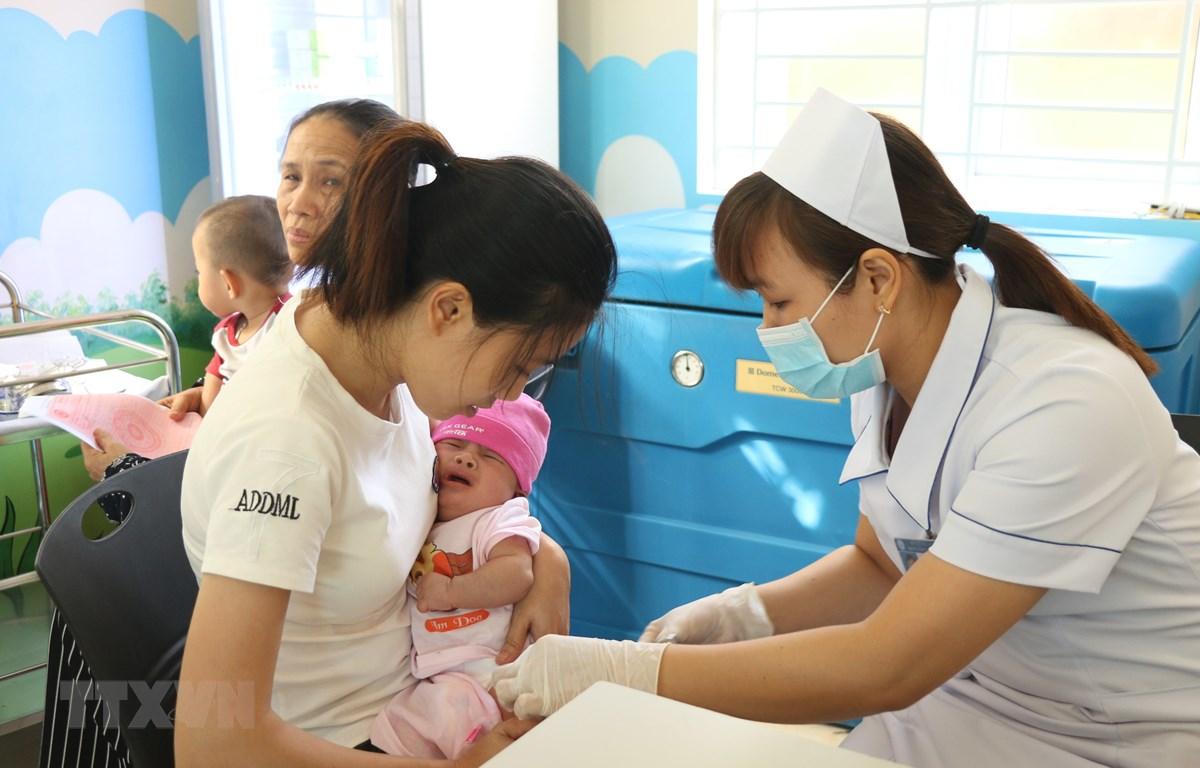 Tiêm chủng cho trẻ. (Ảnh: Hoa Mai/TTXVN)