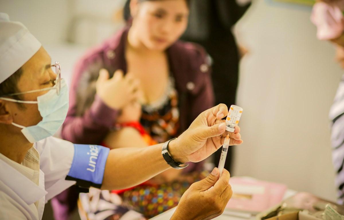 Để đẩy lùi sự lây lan của bệnh sởi cần phải tiêm chủng cho mọi trẻ em. (Ảnh: UNICEF)