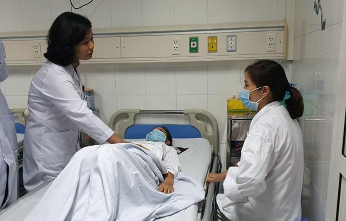 Bác sỹ Hoa khám cho bệnh nhân trước khi mổ. (Ảnh: PV/Vietnam+)