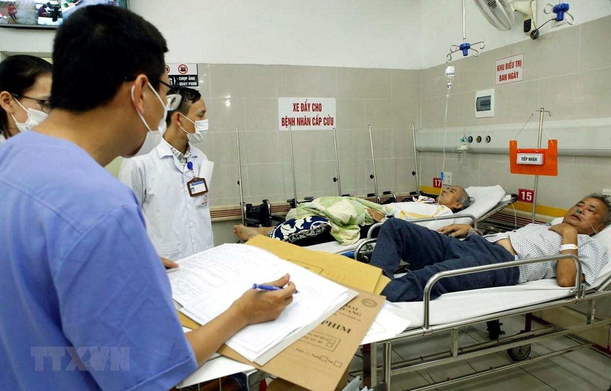 Bác sỹ theo dõi sức khoẻ cho bệnh nhân mắc bệnh tim mạch, huyết áp. (Ảnh: Dương Ngọc/TTXVN)