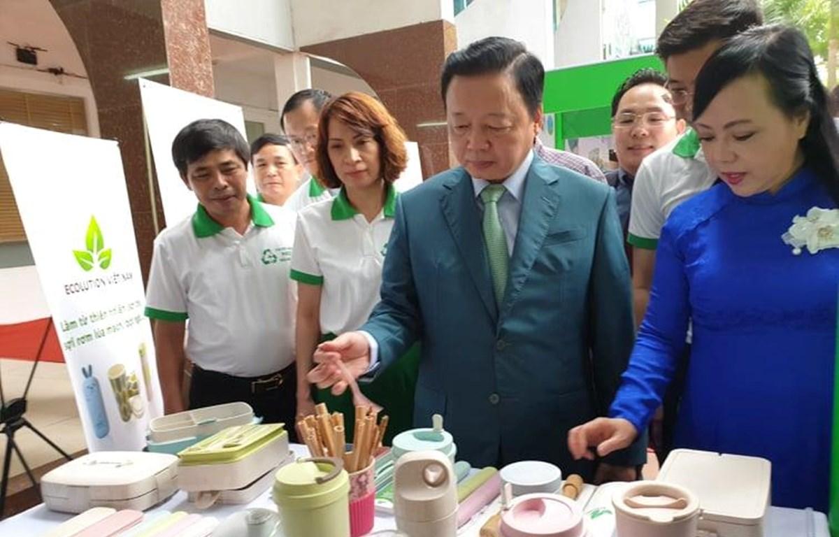 Bộ trưởng Bộ Y tế và Bộ trưởng Bộ tài nguyên và Môi trường tham quan các gian hàng thân thiện với môi trường. (Ảnh: T.G/vietnam+)