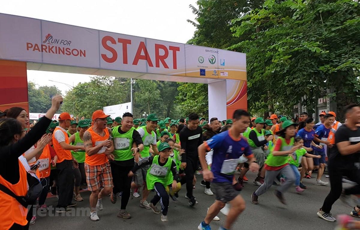 Những người tham dự chạy ở cự ly 2km vòng quanh hồ Hoàn Kiếm. (Ảnh: T.G/Vietnam+)
