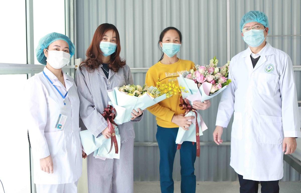 """Hai bệnh nhân nhiễm dịch COVID-19 được chữa khỏi ở bệnh viện tuyến huyện tại """"tâm dịch Bình Xuyên."""" (Ảnh: Hoàng Hùng/TTXVN)"""