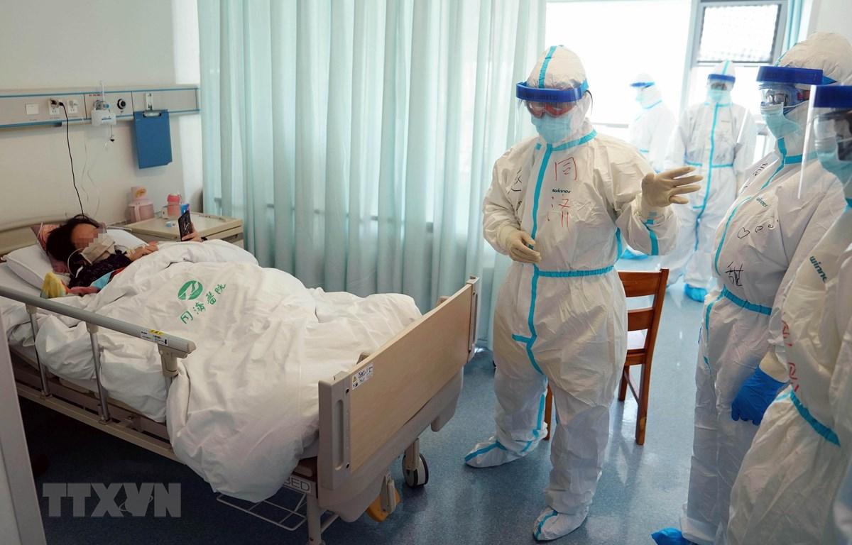 Điều trị cho bệnh nhân mắc COVID-19 tại Trung Quốc. (Ảnh: THX/TTXVN)