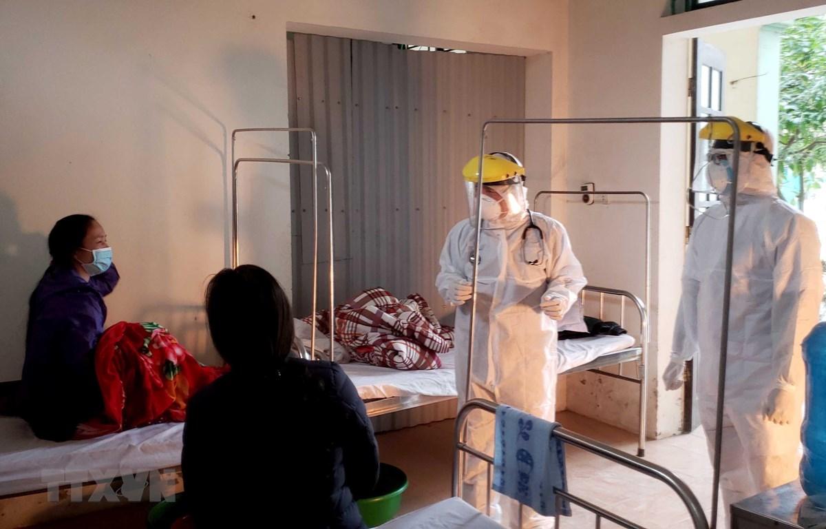 Bác sỹ thăm khám cho bệnh nhân tại Phòng khám đa khoa Quang Hà. (Ảnh: Hoàng Hùng/TTXVN)