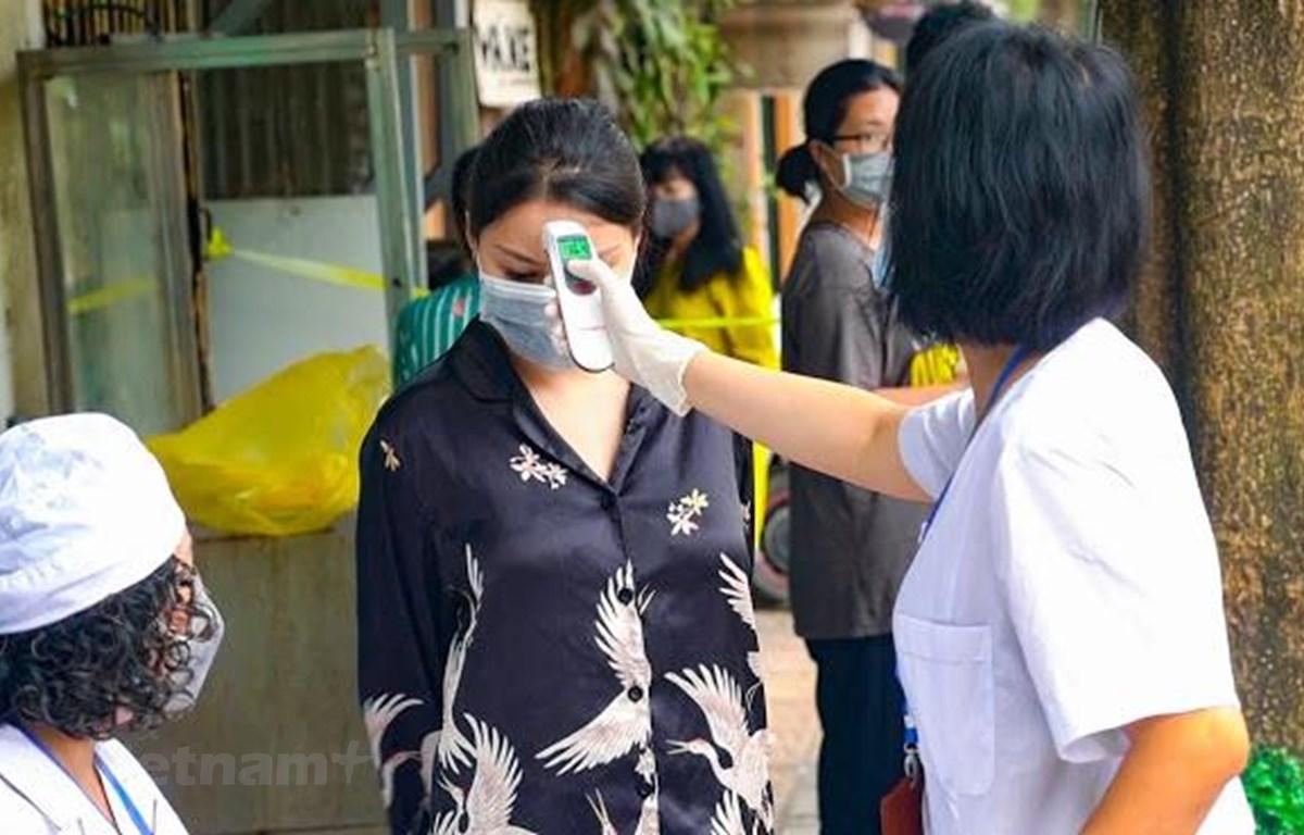 Kiểm tra sức khoẻ cho người dân tại Hà Nội. (Ảnh: Hiếu Hoàng/TTXVN)