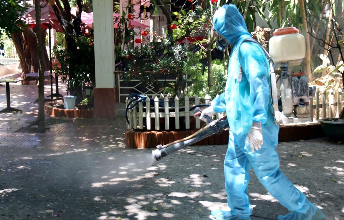 Phun thuốc sát khuẩn khu vực các trường hợp mắc COVID-19 tại tỉnh Bình Thuận đã tiếp xúc. (Ảnh: Nguyễn Thanh/TTXVN)