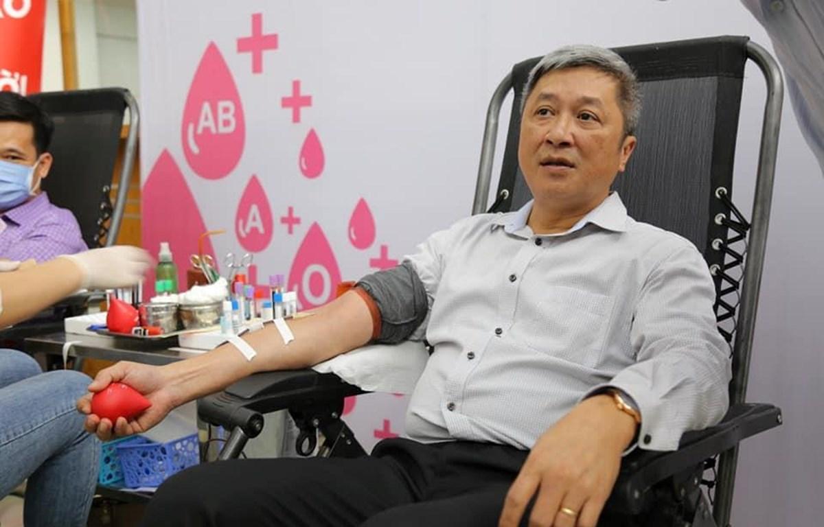 Thứ trưởng Bộ Y tế Nguyễn Trường Sơn tham gia hiến máu nhân đạo. (Ảnh: PV/Vietnam+)