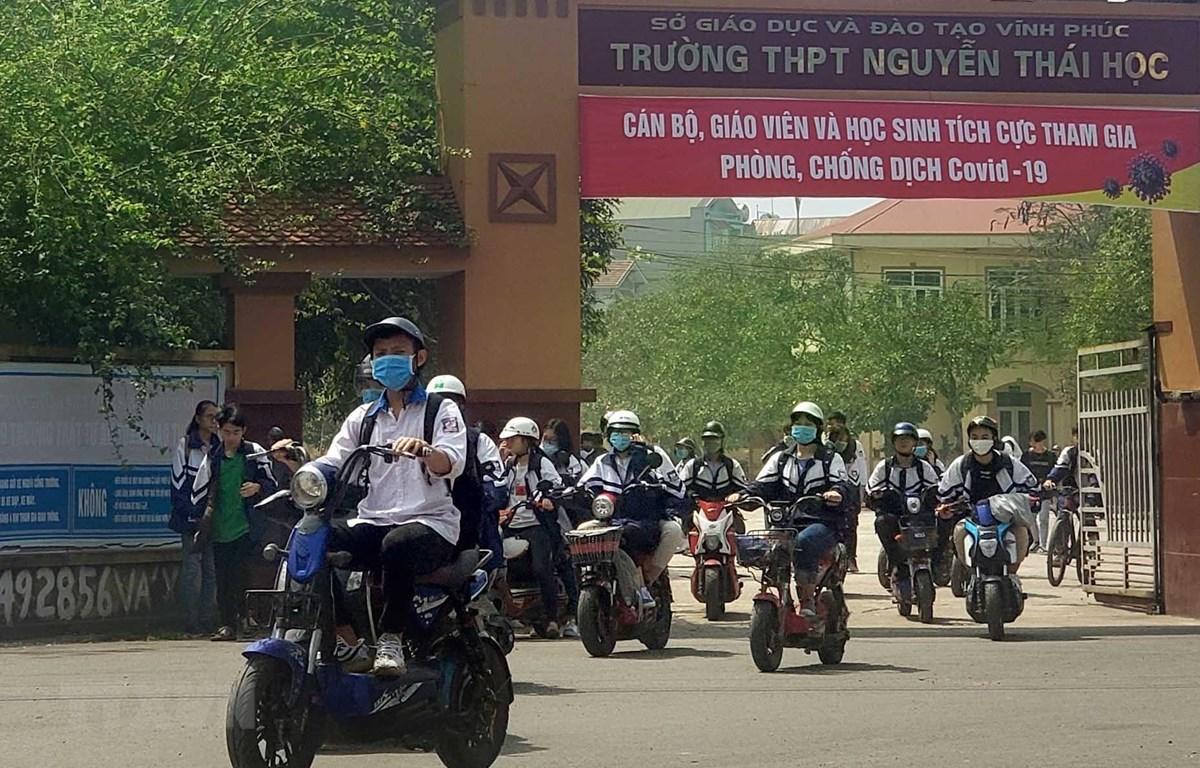 Học sinh Trường THPT Nguyễn Thái Học, thành phố Vĩnh Yên đi học trở lại sau kì nghỉ dài. (Ảnh: Hoàng Hùng/TTXVN)