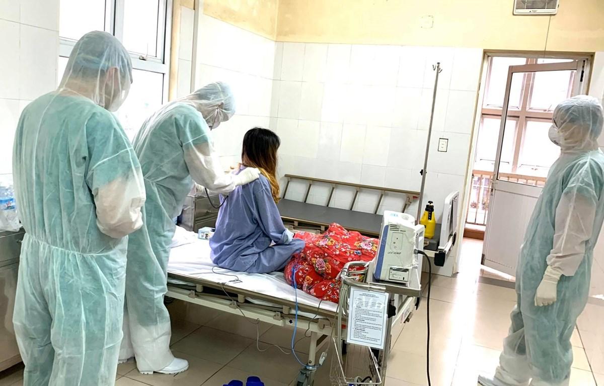 Các bác sỹ điều trị cho bệnh nhân mắc COVID-19 đang điều trị tại Bệnh viện Số 2 Quảng Ninh. (Ảnh: PV/Vietnam+)