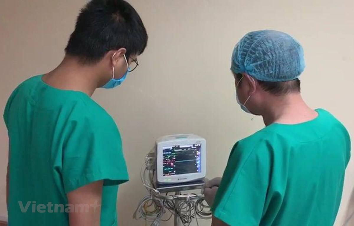 Các y bác sỹ thực hiện công tác chuyên môn tại Bệnh viện số 2 tỉnh Quảng Ninh. (Ảnh: PV/Vietnam+)