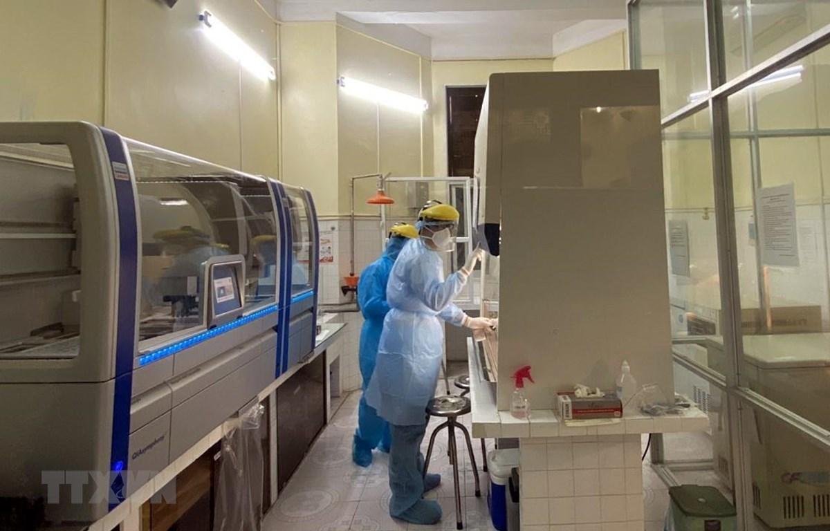 Tiến hành xét nghiệm xác định virus SARS-CoV-2 bằng máy sinh học phân tử Realtime PCR tự động tại thành phố Hải Phòng. (Ảnh: TTXVN phát)