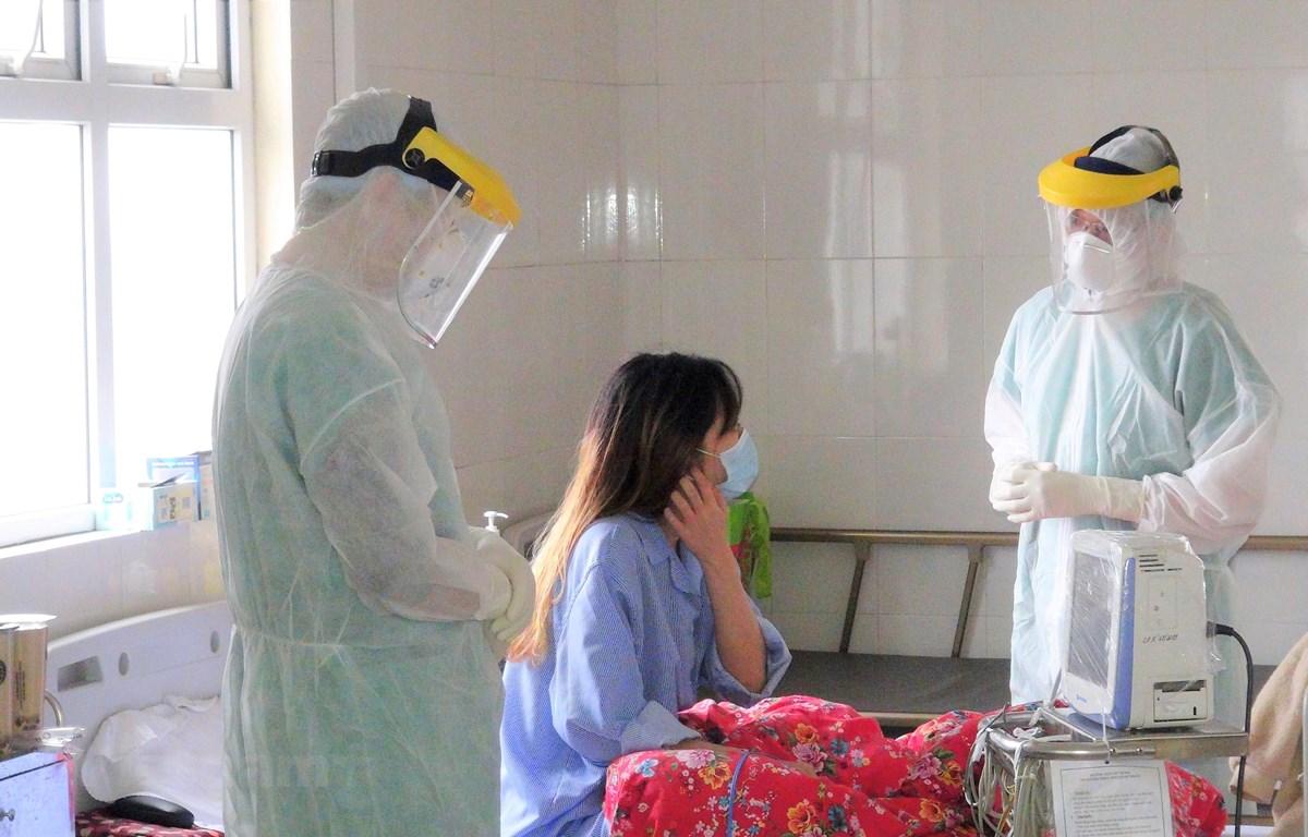 Các bác sĩ theo dõi diễn biến sức khỏe bệnh nhân nhiễm COVID-19 tại Bệnh viện bệnh lý hô hấp cấp tính số 2 tại tỉnh Quảng Ninh. (Ảnh: TT/Vietnam+)