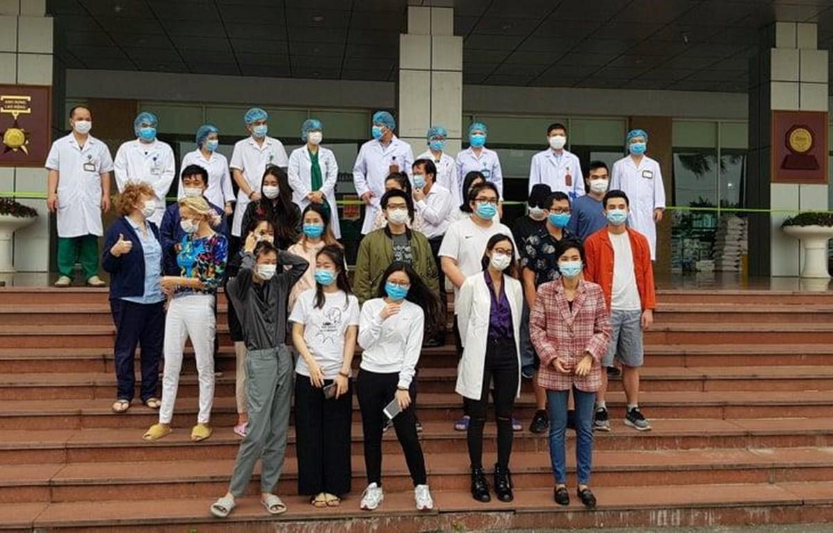 Niềm vui của 27 bệnh nhân khi được các bác sĩ chữa khỏi bệnh ngày 30/3. (Ảnh: PV/Vietnam+)