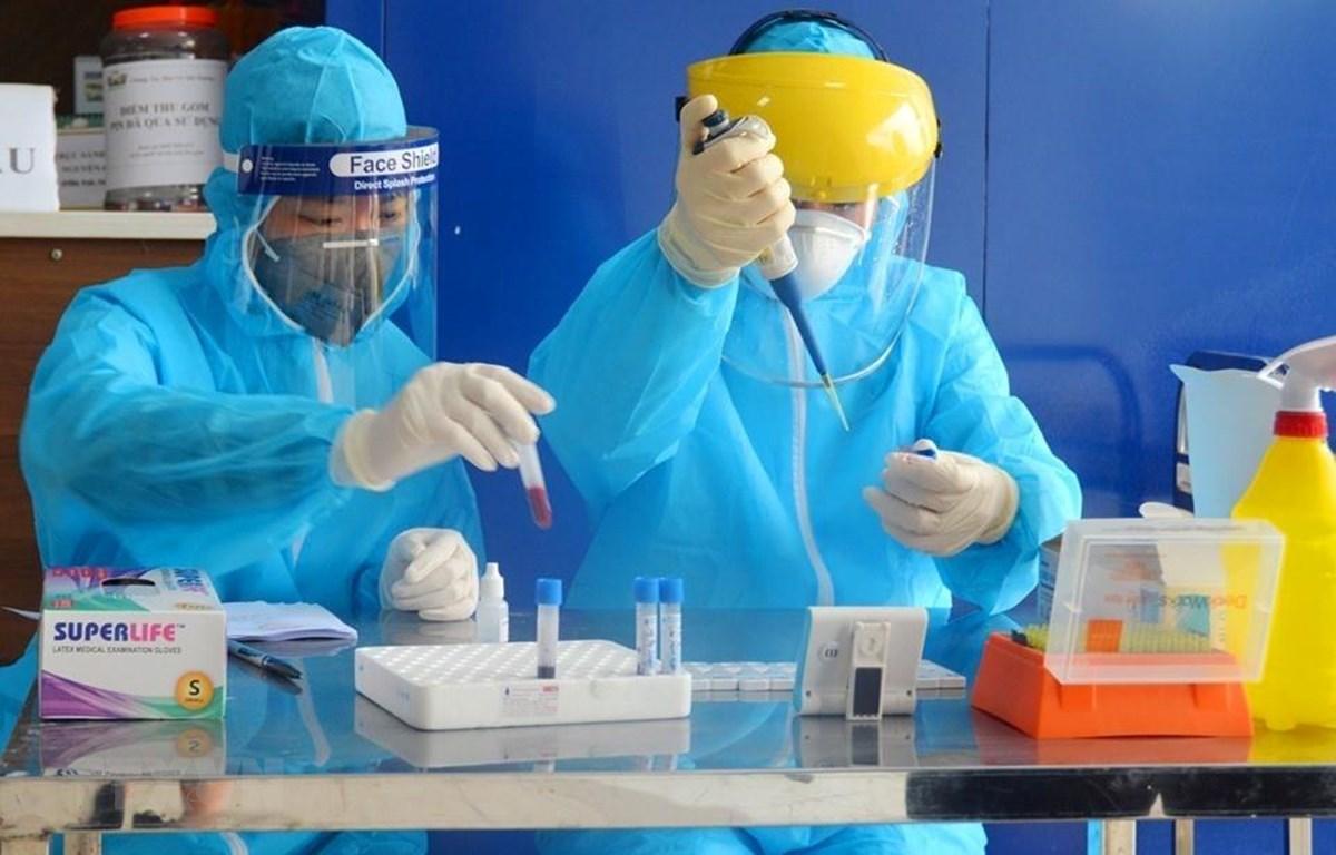 Xét nghiệm nhanh virus SARS-CoV-2 cho người dân tại trạm xét nghiệm nhanh huyện Thanh Oai. (Ảnh: TTXVN)