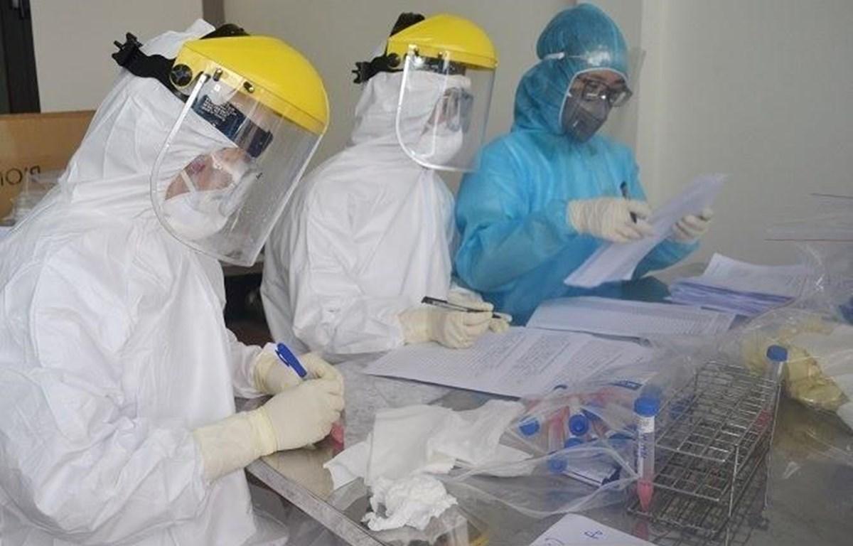 Lấy mẫu xét nghiệm COVID-19 cho người dân thôn Hạ Lôi (Xã Mê Linh, huyện Mê Linh). (Ảnh: TTXVN)