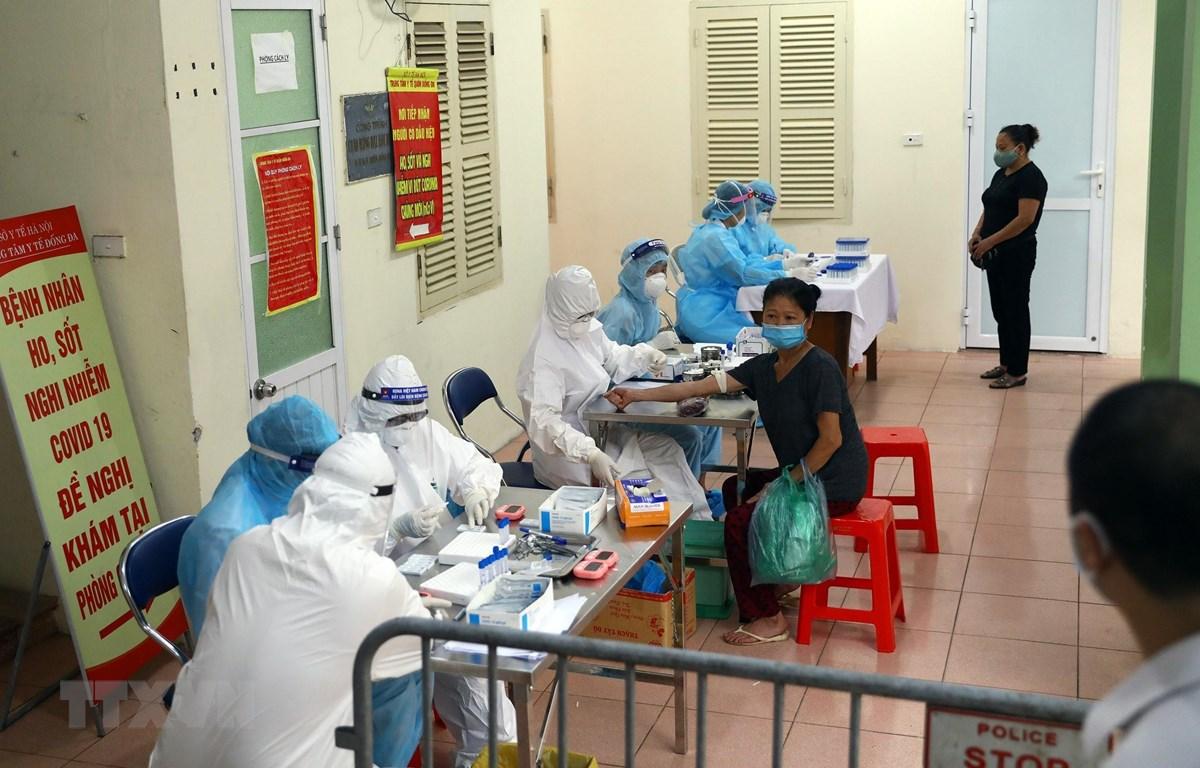 Lấy mẫu xét nghiệm cho người dân tại Hà Nội. (Ảnh: Huy Hùng/TTXVN)