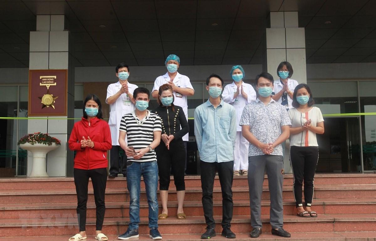 Các bệnh nhân được công bố khỏi bệnh tại Bệnh viện Bệnh Nhiệt đới Trung ương cơ sở 2 trong ngày 22/4. (Ảnh: Minh Quyết/TTXVN)