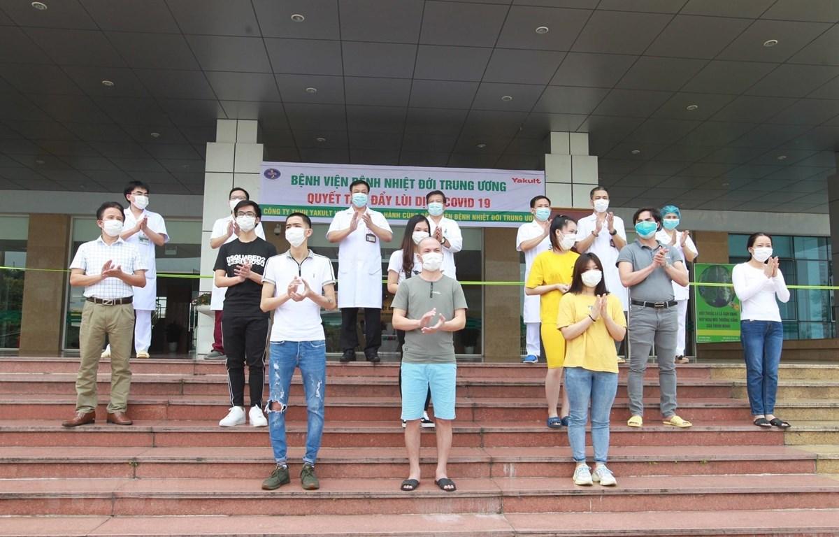 Các bệnh nhân COVID-19 được Bệnh viện Bệnh nhiệt đới Trung ương công bố khỏi bệnh ngày 5/5/2020. (Ảnh: Minh Quyết/TTXVN)