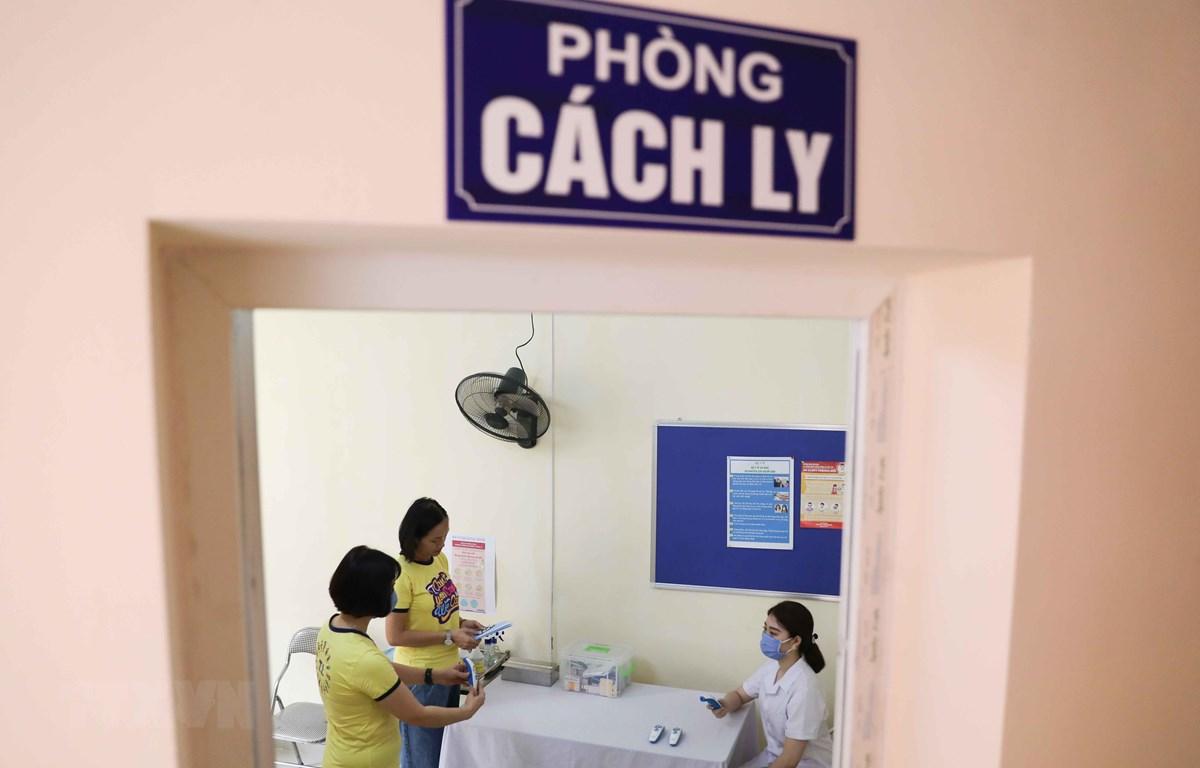Phòng cách ly và các trang thiết bị kiểm soát y tế cơ bản được các trường ở Hà Nội chuẩn bị đầy đủ, kỹ lưỡng để đón học sinh đi học. (Ảnh: Thanh Tùng/TTXVN)