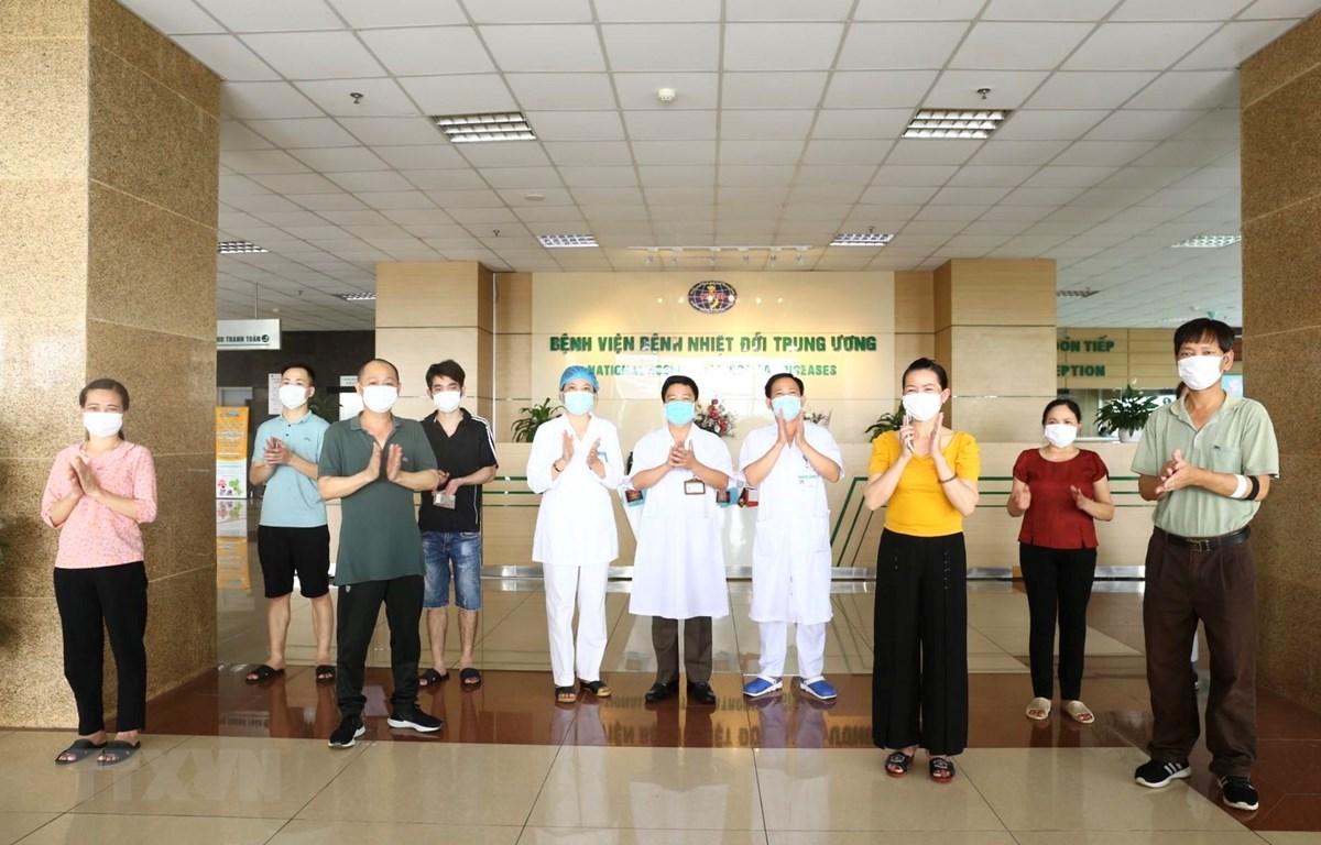Các bệnh nhân COVID-19 được công bố khỏi bệnh ngày 11/5/2020 tại Bệnh viện Bệnh Nhiệt đới Trung ương. (Ảnh: Minh Quyết/TTXVN)