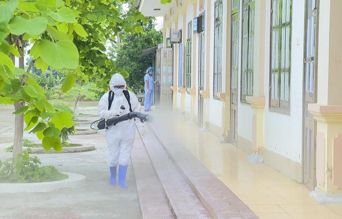 Phun hóa chất tiêu độc, khử trùng khuôn viên Bệnh xá Quân y D40. (Ảnh: Xuân Tư/TTXVN)