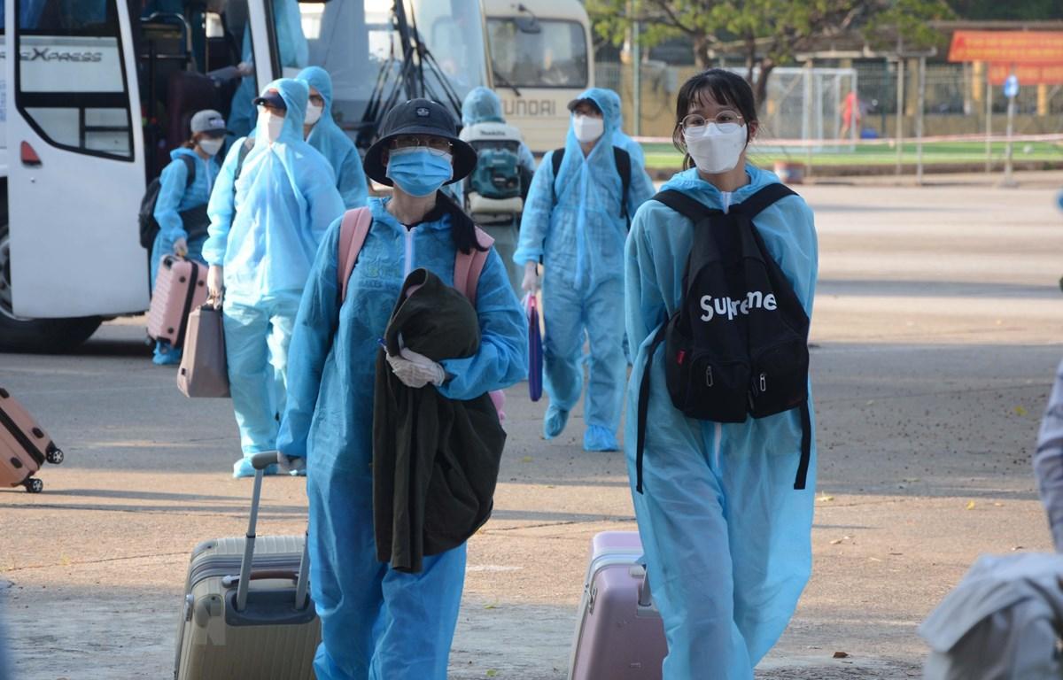 Các công nhân về hai khu cách ly của Bộ Chỉ huy quân sự thành phố Đà Nẵng. (Ảnh: Văn Dũng/TTXVN)