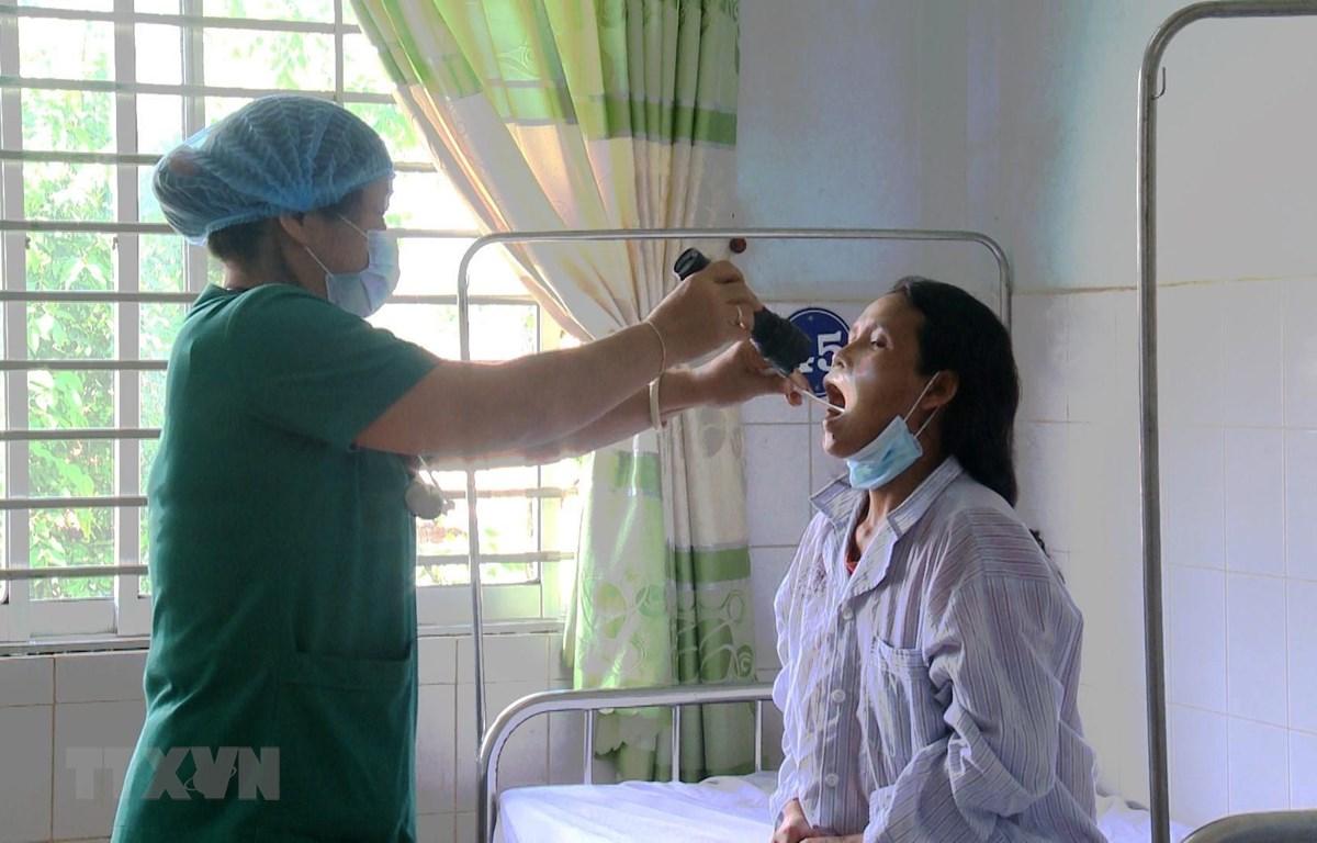 Các bác sĩ Bệnh viện Đa khoa tỉnh Gia Lai điều trị cho các bệnh nhân mắc bệnh bạch hầu. (Ảnh: Quang Thái/TTXVN)