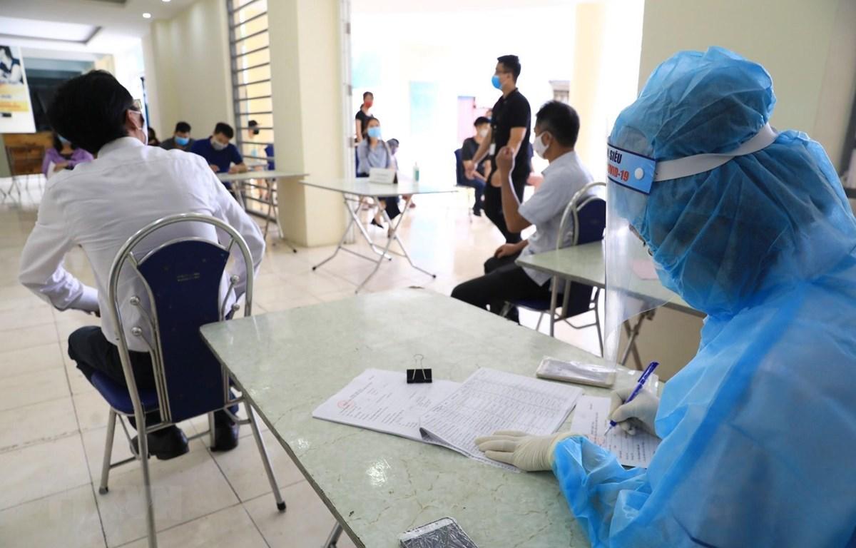 Hà Nội tiếp tục xét nghiệm COVID-19 bằng phương pháp RT-PCR cho hơn 50.000 người về từ Đà Nẵng. (Ảnh: Thành Đạt/TTXVN)