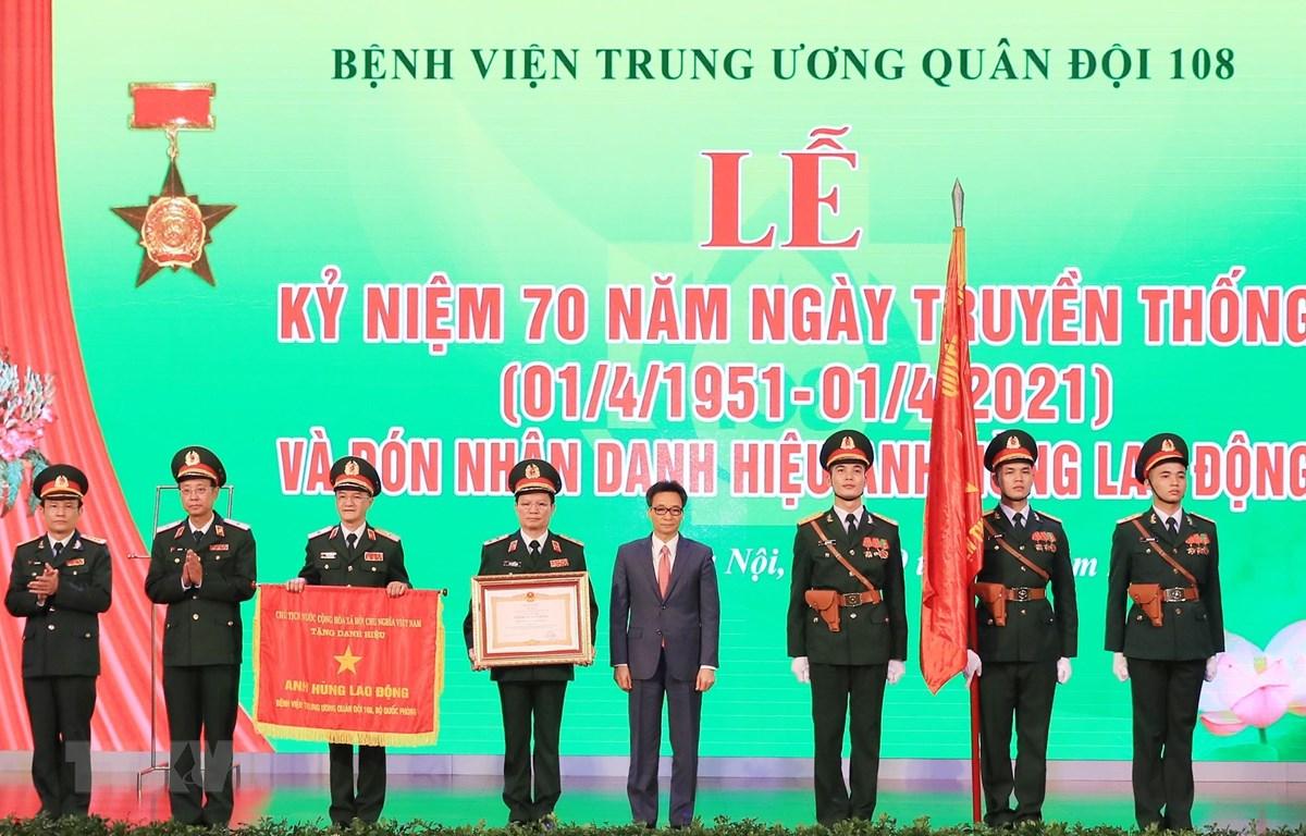 Phó Thủ tướng Vũ Đức Đam trao Danh hiệu Anh hùng Lao động thời kỳ đổi mới cho Bệnh viện Trung ương Quân đội 108. (Ảnh: TTXVN)