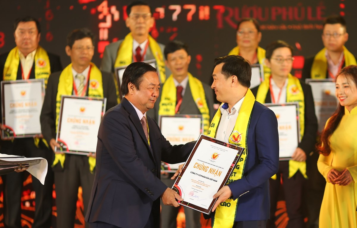Ông Đỗ Thanh Tuấn - Giám đốc Đối Ngoại, đại diện công ty Vinamilk nhận giải thưởng. (Ảnh: Vietnam+)
