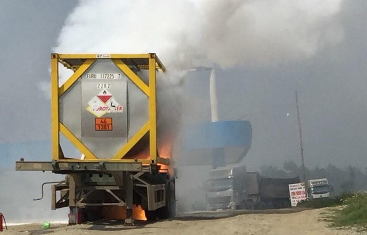 Xe chở hóa chất phốt pho bốc cháy dữ dội ngay sát cây xăng tại trạm dừng nghỉ trên cao tốc Nội Bài-Lào Cai. (Ảnh: TTXVN phát)
